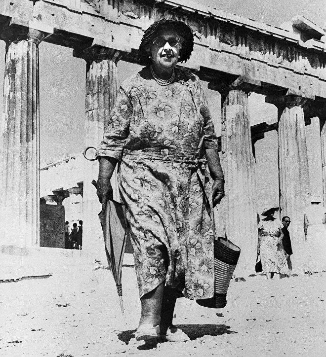 Легендарная писательница Агата Кристи гуляет по Акрополису в Афинах, Греция, 1958 год