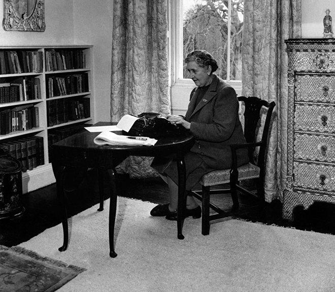 Известная английская писательница Агата Кристи работает над новым произведением в своем доме в Девоншире, 1946 год