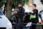 Вооруженные полицейские стоят у кордона рядом со станцией метро Парсонс-Грин в Лондоне, Великобритания