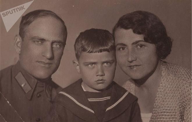 С родителями – Константином Николаевичем и Ксенией Платоновной Мамардашвили
