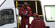 Члены группы по уничтожению бомб работают в фургоне возле станции метро Парсонс-Грин в Лондоне, Великобритания