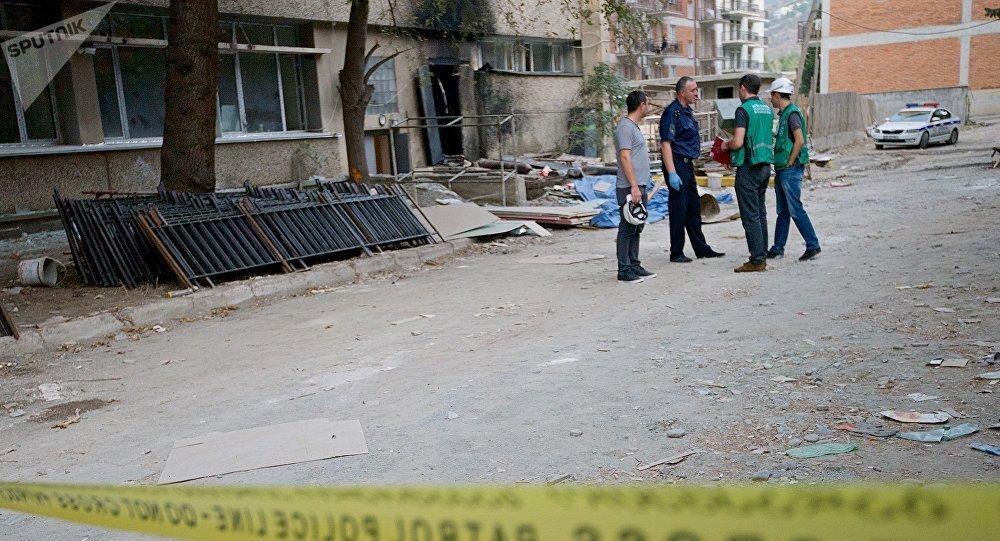 პოლიციელები და კრიმინალისტები გაზის აფეთქების ადგილზე