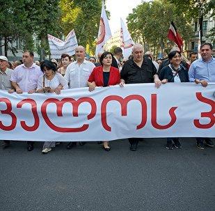 Лидеры Альянса патриотов Грузии возглавляют шествие своих сторонников в грузинской столице