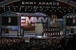 Ведущий Стивен Колберт открывает шоу Эмми