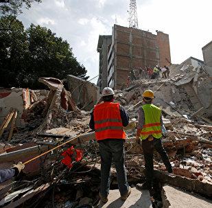 Спасатели на месте завалов после землетрясения в Мехико, Мексика