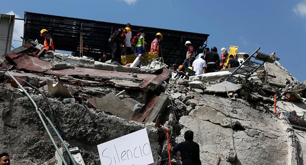 Жители Мехико и спасатели разбирают завалы после землетрясения, Мексика