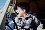 Мальчик смеется, сидя в машине