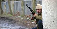 Боевик, поддерживающий Звиада Гамсахурдия, охраняет дорогу, ведущую в Поти в Западной Грузии