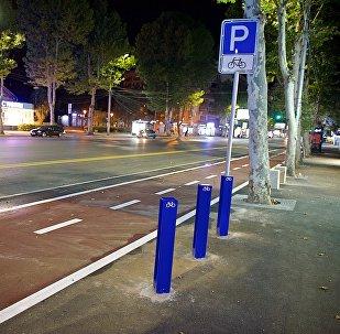 გარემონტებული პეკინის ქუჩა ველობილიკით, რომელიც ტრანსპორტისათვის ცალმხრივი გახდა