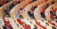 Пустующие места в зале заседаний парламента Грузии в ходе дебатов после выступления президента страны Георгия Маргвелашвили
