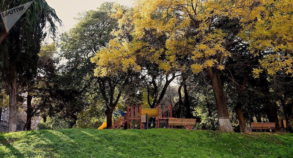Осень в Тбилиси - один из столичных парков