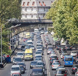 Движение в час пик на улице в Тбилиси
