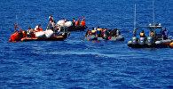 Мигранты на резиновой лодке спасаются организацией SOS Mediterranee во время операции поиска и спасания