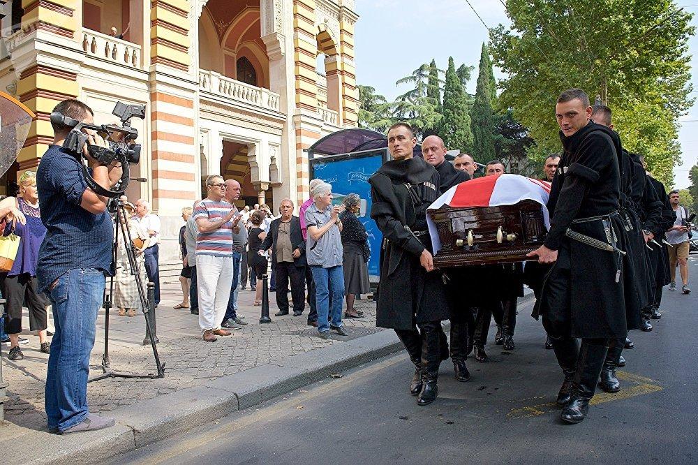 Известного тенора похоронили на тбилисском Сабурталинском кладбище, на территории рядом с церковью