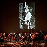 В ходе траурной церемонии звучали классические композиции, а на огромном экране на сцене театра оперы и балета сменяли одна за другой фотографии из жизни Зураба Соткилава