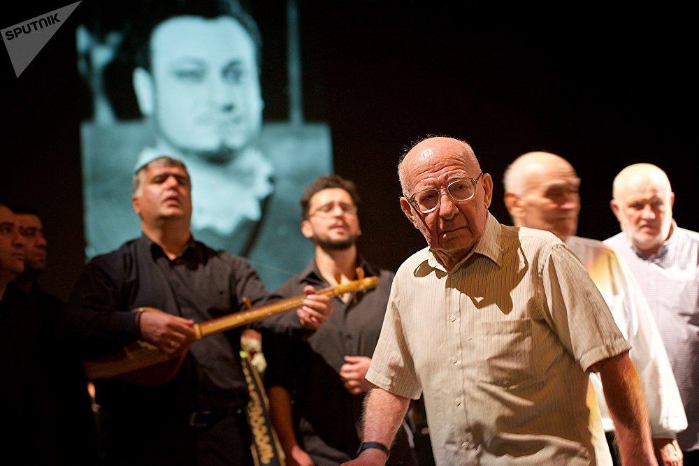 Сотни человек побывали в этот день в тбилисском театре оперы и балета, чтобы проститься с Зурабом Соткилава и почтить его память
