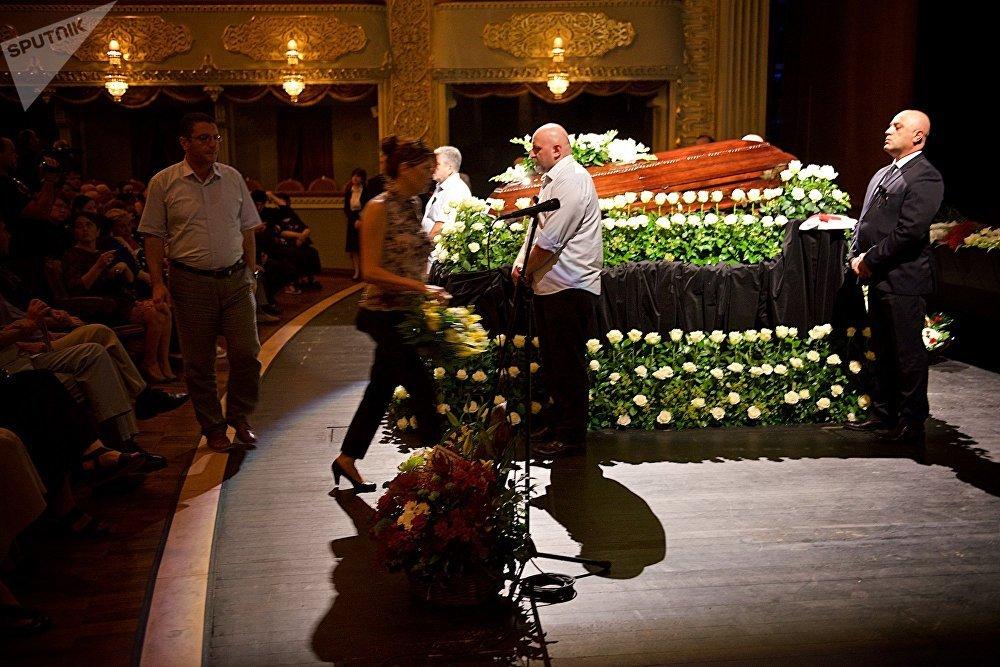 До самого завершения траурной церемонии в тбилисском театре оперы и балета у гроба с телом Зураба Соткилава не прекращался поток людей, которые пришли проститься с великим тенором
