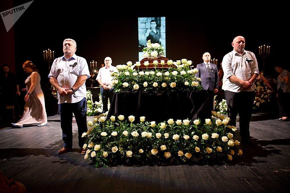 Проститься с певцом пришли его близкие, коллеги, известные грузинские актеры и певцы, деятели политики и общественности