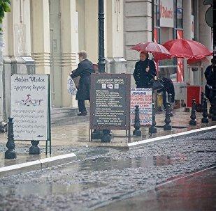 Прохожие в дождь на улицах Тбилиси
