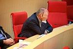 Один из депутатов парламента Грузии слушает выступление президента страны Георгия Маргвелашвили