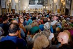 Верующие в кафедральном соборе Святой Троицы Самеба
