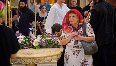 Верующие поклоняются мощам царицы Кетеван в храме Самеба
