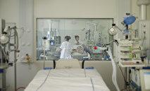 Врач и медсестра лечат пациента в реанимационном отделении в больнице в пригороде Парижа