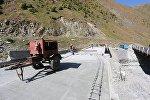 Восстановление старого моста по дороге к границе Грузии с РФ