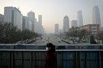 Вид на город Пекин, окутанный смогом. В 2016 году обеспокоенные проблемой, ряд городов на севере Китая ограничили количество машин на дорогах, а в Пекине временно прекратили работу предприятия более 700 компаний