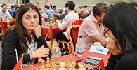 Грузинская шахматистка Нино Бациашвили и Хоу Ифань из Китая