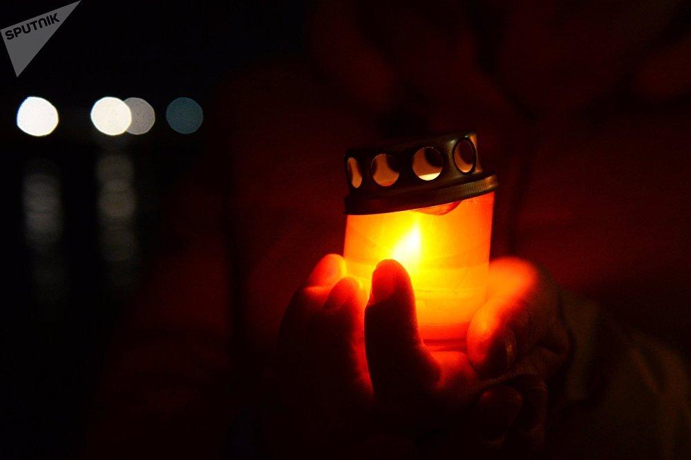 დანთებული სანთელი დაღუპულთა ხსოვნის აქციაზე სოჭში, სადაც რუსეთის თავდაცვის თვითმფრინავი Ту-154 ჩამოვარდა შავი ზღვის სანაპიროზე