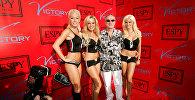 Основатель журнала Playboy Хью Хефнер с моделями на вечеринке ESPY в Беверли-Хиллз