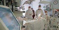 Врачи в больнице во время операции