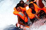 Мигранты были спасены организацией SOS Mediterranee во время операции поиска и спасения (SAR) в Средиземном море