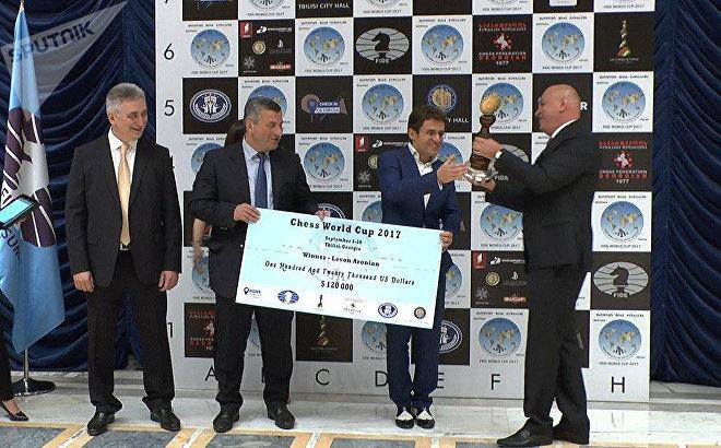 Левон Аронян на церемонии награждения после победы в финале Кубка мира по шахматам