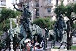 Скульптуры Дон Кихота и Санчо Пансы, героев романа Сервантеса, на улицах города Сан-Себастьяна