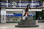 Вход на стадион Динамо Арена им.Бориса Пайчадзе и памятник в его честь.