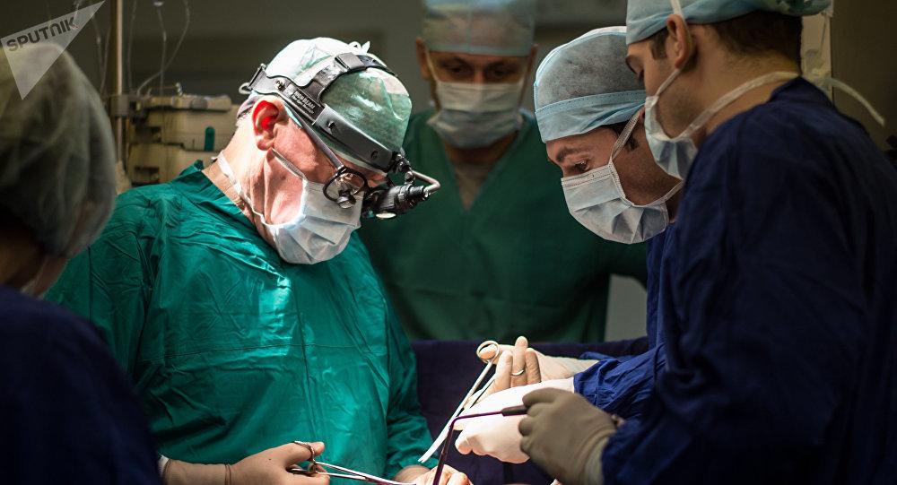 Директор научного центра сердечно-сосудистой хирургии им. А.Н. Бакулева, академик Лео Бокерия во время операции