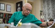Директор научного центра сердечно-сосудистой хирургии им. А.Н. Бакулева, академик Лео Бокерия в своем рабочем кабинете