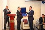 Президент Союза Национальных бизнес-рейтингов Украины Валерий Гижицкий вручил мэру Тбилиси Давиду Нармания специальную награду