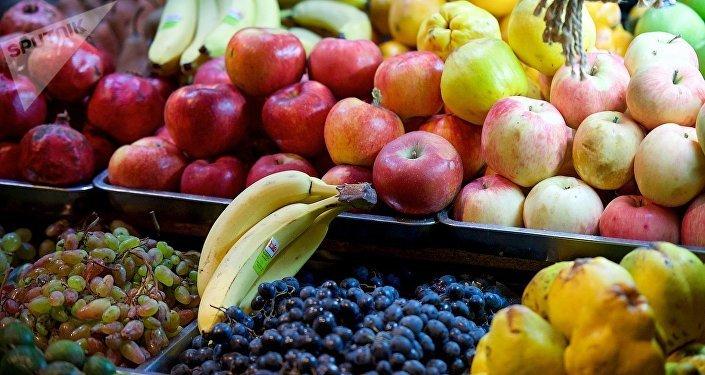 Уличная торговля фруктами в столице Грузии осенью