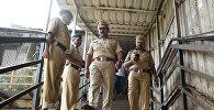Сотрудники службы безопасности Индии на железнодорожном мосту в Мумбаи