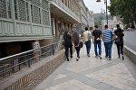 Группа студентов идет по центру Тбилиси