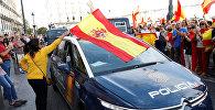 Демонстранты размахивают испанскими флагами и поддерживают полицию во время демонстрации в пользу объединенной Испании в день референдума о независимости в Каталонии, в Мадриде, Испания