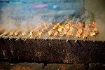 Шашлыки на мангале во время приготовления