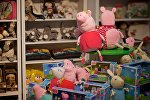 Свинка Пеппа и другие детские игрушки в одном из магазинов в торговом центре в грузинской столице