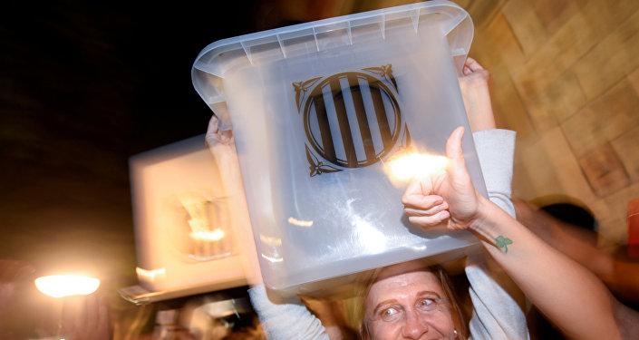 Люди на улице отмечают результаты референдума в Каталонии