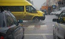 Маршрутное такси едет по центру грузинской столицы в дождь