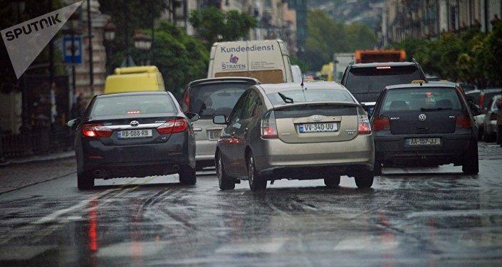 მანქანები აღმაშენებლის გამზირზე წვიმაში