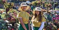 Девушки на выставке цветов в дни Тбилисоба